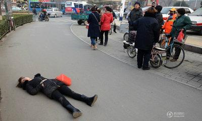 สาวจีนล้มพับกลางถนน