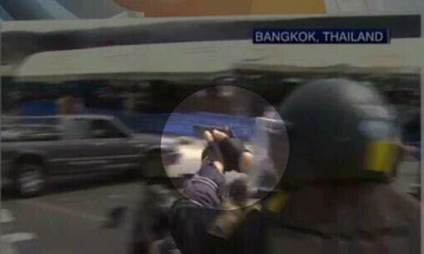 ตำรวจใช้ปืนพกสั้นในการขอคืนพื้นที่