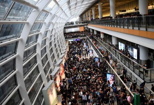 สนามบินฮ่องกงเปิดให้บริการตามปกติแล้ว คนไทยตกค้างกำลังทยอยเดินทางกลับ